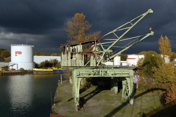 Petroleumhafen - 2 Portaldrehkräne (denkmalgeschützt) nach dem Brand 2006