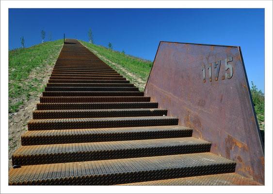 """Den besten Blick auf den Dortmunder PHOENIX - See hat man vom 138 über NN gelegenen """"Neuer Kaiserberg"""". Er wurde aus Bodenaushub des Sees geschaffen. Der direkte Weg hinauf führt über diese Eisentreppe."""
