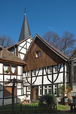 """Das """"Widum"""", die Bebauung an der ev. Kirche St. Remigius im alten Ortskern von Dortmund - Mengede"""