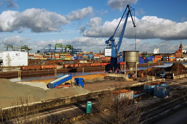 Südhafen mit Blick auf das Containerterminal Dortmund (rechts Altes Hafenamt)