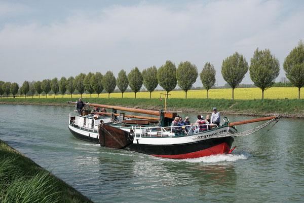 """Die """"Vertrouwen"""", ein Plattbodenschiff Bj. 1896, von knapp 20 m Länge und nur 80 cm Tiefgang. Es wurde 1984 vom Lastensegler zum Personenbeförderungsschiff umgebaut. Heimathafen ist Dortmund"""