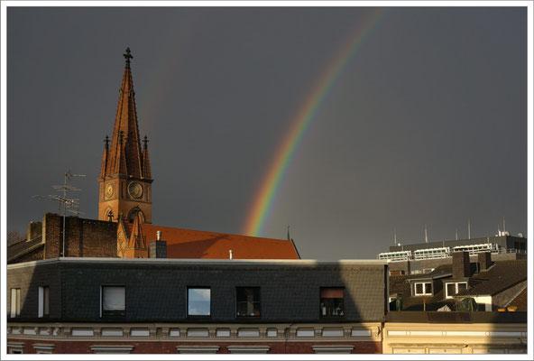 Zwei Kirchen und ein Regenbogen