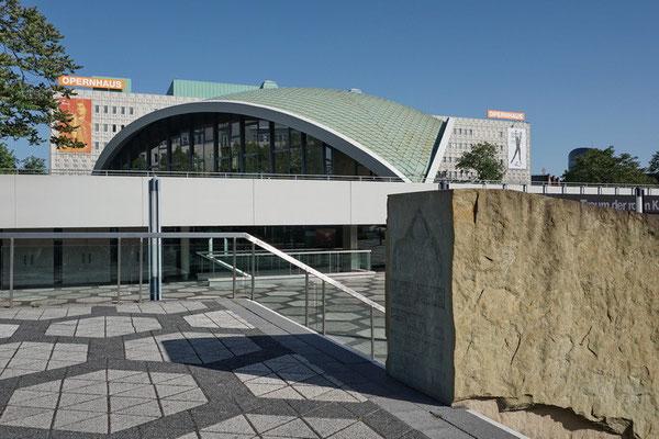 Opernhaus Dortmund mit Gedenkstein in Erinnerung an die Alte Synagoge