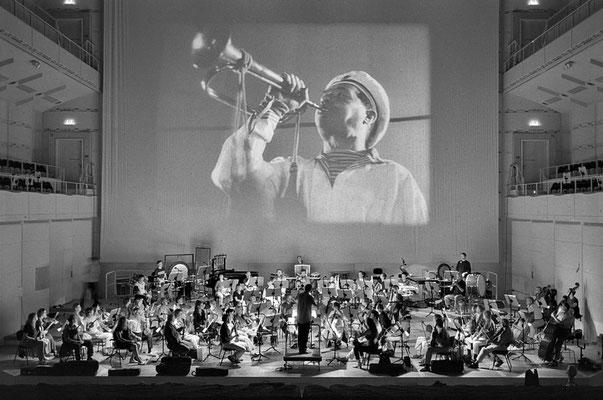 """Mark - Andreas Schlingensiepen dirigiert die Bergischen Symphoniker  im Konzerthaus DO zum Film von Sergej Eisenstein """"Panzerkreuzer Potemkin"""""""