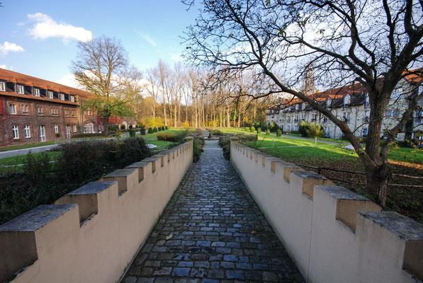 Wasserschloss Haus Westhusen (rechts, neuerrichteter Südflügel)