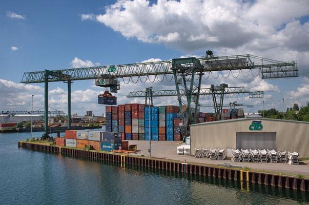 Blick nach NW über das Containerterminal am Kanalhafen