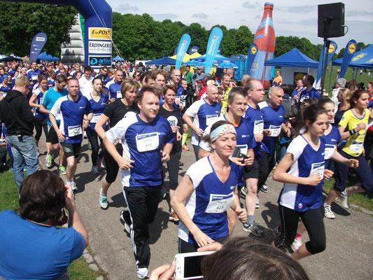 Suchbild: Wenn Charity Runner sich von der blauen Masse abheben