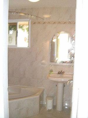 Bad zum 1. Schlafzimmer mit Badewanne
