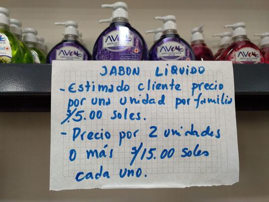 """Übersetzung: """"Flüssige Seife. Geehrter Kunde. Der Preis für eine (Flasche beträgt) für jede Familie 5 Soles. Der Preis für zwei (Flaschen) oder mehr (beträgt) 15 Soles für jede einzelne."""