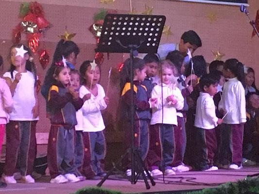 """Luanas Kindergartengruppe trug das Lied """"Shalom Aleichem"""" vor."""