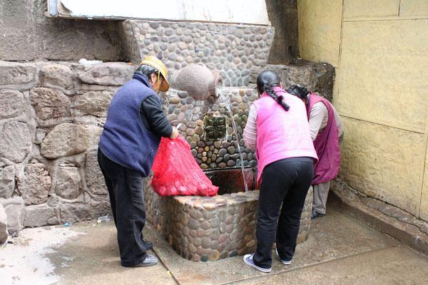 Die eine oder andere Verkäuferin nutzt das Wasser auch, um sich zu waschen.