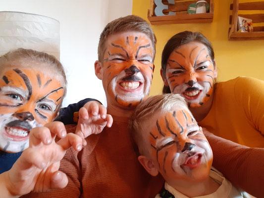 An Jarons Geburtstag haben wir Tiger gespielt.