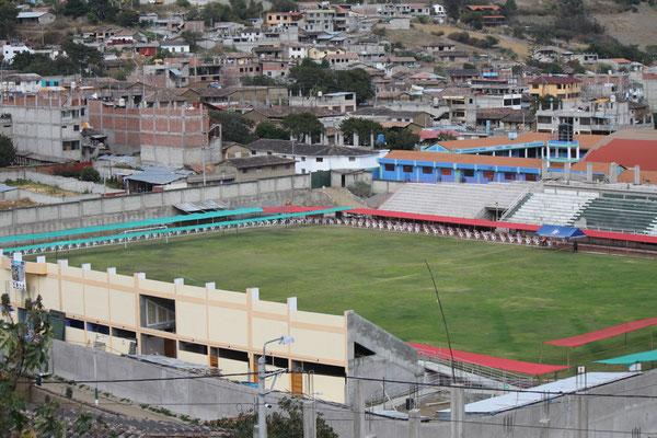 Im Stadion werden noch Vorbereitungen getroffen.