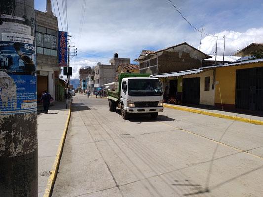 Von der Ladefläches des Lasters wird (eine) Chlor(mischung) auf die Straße gesprüht.