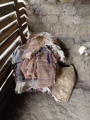 Das sind die Decken, aus denen sich die drei Damen ihr Bett machen. Für den zweiten Besuch hat Matthias eine Menge dicker Decken besorgt, damit die sehr kalten Nächte etwas angenehmer werden.