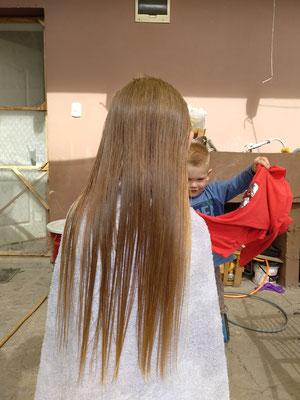 Wir schneiden uns sogar ALLE gegenseitig die Haare. :-D