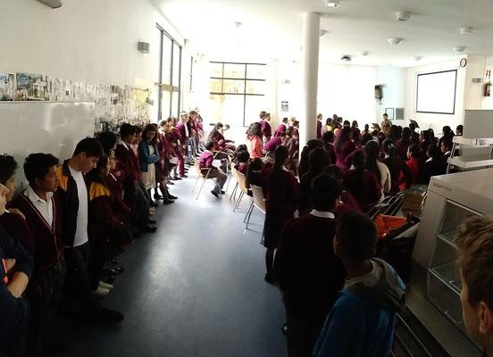 Die Schüler der 7.-11. Klasse hören gespannt zu.