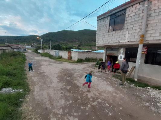 Luana und Jaron spielen mit den Nachbarskindern.