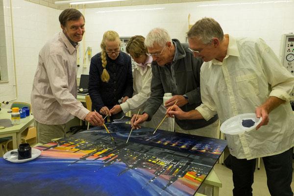 2016 het personeel van Samson regeltechniek werkt aan hun rotonde schilderij samen met Jan Knoester en Marian