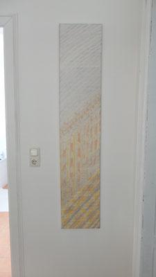 Ein zart gemustertes Wandbild in Butterorange und Grau
