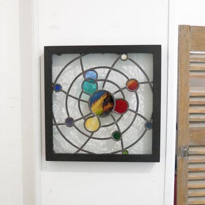 """Vitrail à suspendre """"Synergies"""", cadre bois, 50x50cm"""