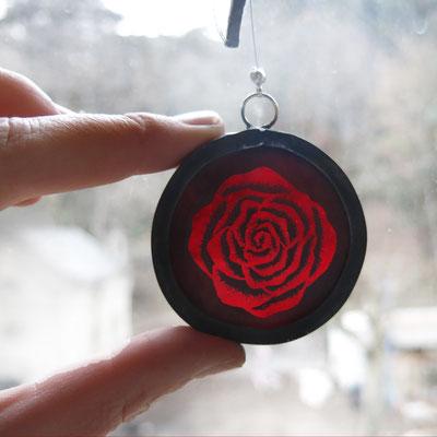 Mobile en vitrail avec rose peinte à la grisaille (vendu)