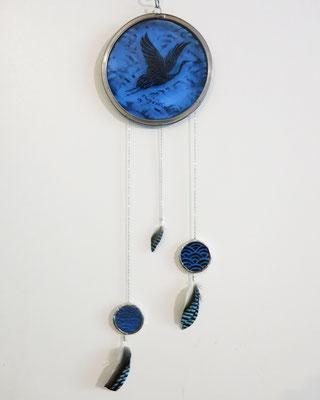 Sun catcher peint à la grisaille et plumes naturelles, diam. 10 cm