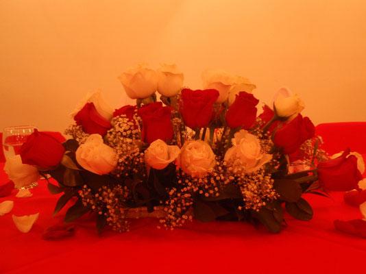 Centro de mesa con rosas rojas y blancas para matrimonio
