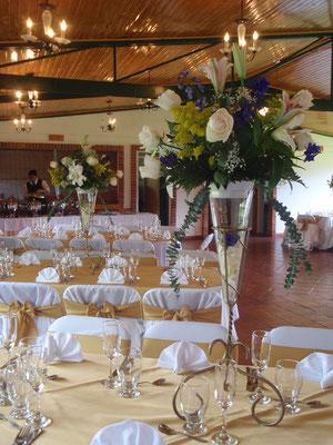 Centro de mesa con rosas y lirios en cajicá