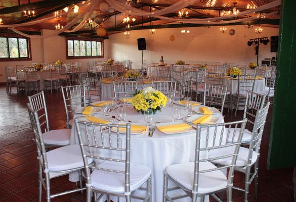 decoración matrimonio con blanco, amarillo y plateado en cajicá