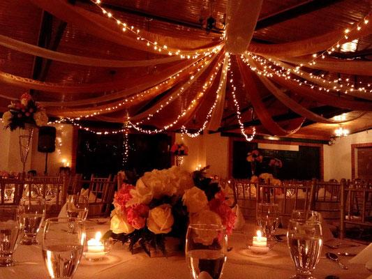 luces de navidad en una boda