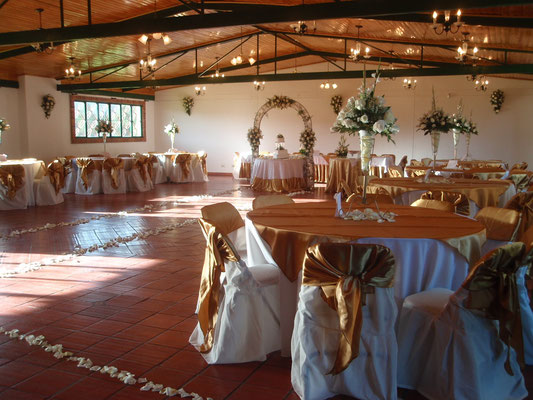 Centros de mesa con rosas blancas par matrimonio