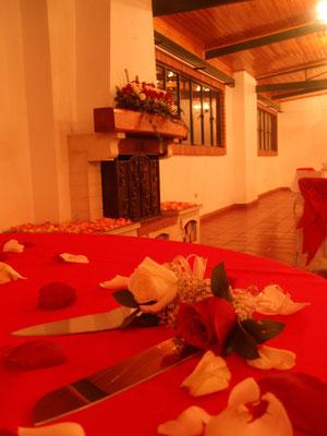 Decoración con rosas rojas y blancas