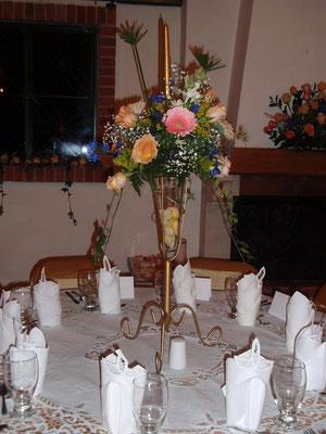 centro de mesa con rosas y gerberas