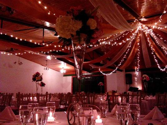 decoración con luces de navidad matrimonio