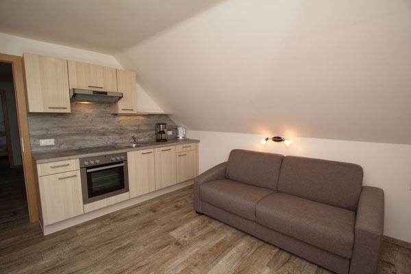 modern eingerichtete Küche mit Couch und essbereich
