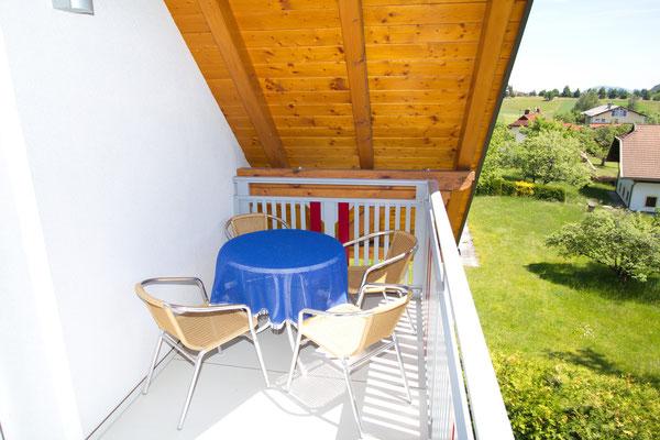 Südseitiger Balkon mit Blick auf den Garten und der Bergkette Karawanken