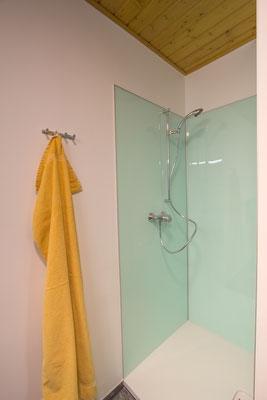 Türkise Dusche mit frischem Handtuch