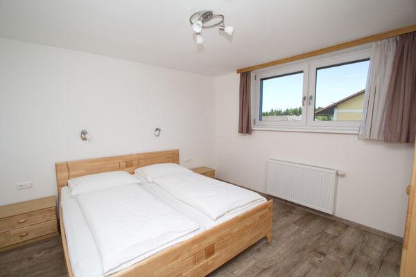 Modern eingerichtetes Schlafzimmer mit Doppelbett