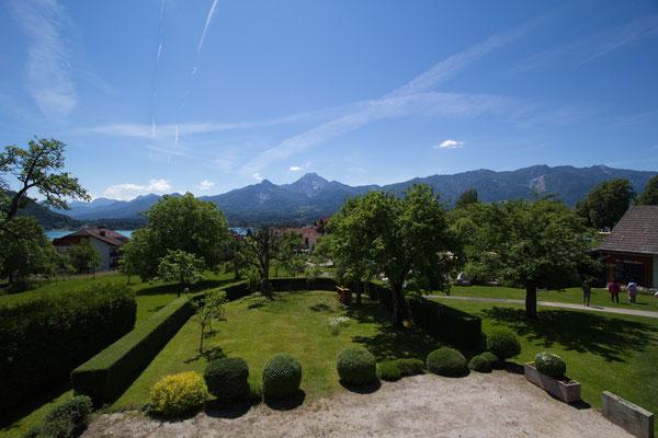 Ausblick von den Ferienwohngen unseres 1. Hauses. Blick Richtung Süden zum Faaker See und den Karawanken