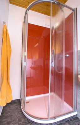 Duschbereich mit Sichtschutz.