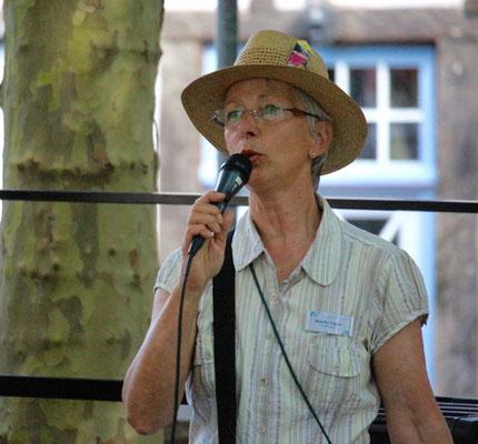 Monika Vaupel kündigt die Tour zum Lesepfad an