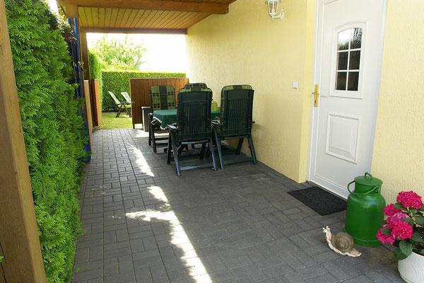 Der Eingang zum Ferienhaus mit überdachter Sitzecke