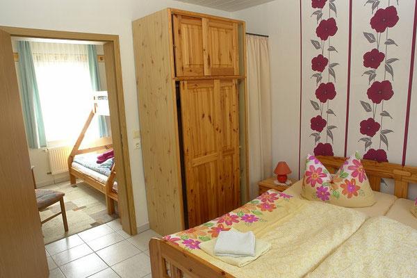 Schlafzimmer mit Blick zum Kinderzimmer
