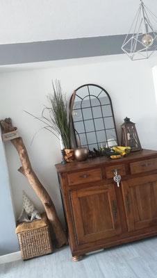 Idée déco de salon by Fannygloo : vieux meuble, miroir indus et bois flotté...