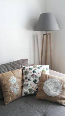 Idée déco de salon by Fannygloo : lampe trépied, canapé et coussins de créatrice...