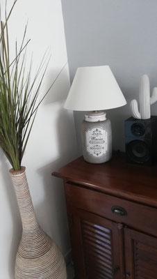 Idée déco de salon by Fannygloo : meuble colonial, lampe classique, grand vase et cactus...