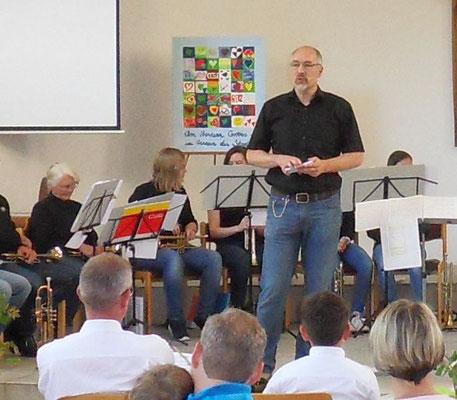Björn Sandrock moderiert den Abend und weiß das Publikum zu unterhalten. (Foto: Näher)