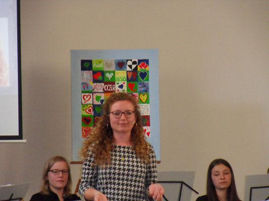 Janina Dück bietet mit ihren Stücken moderner Lyrik einen gelungenen Kontrast zum Musikprogramm. (Foto: Näher)