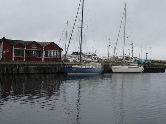 Skillinge Gymir vor Hafenkneipe